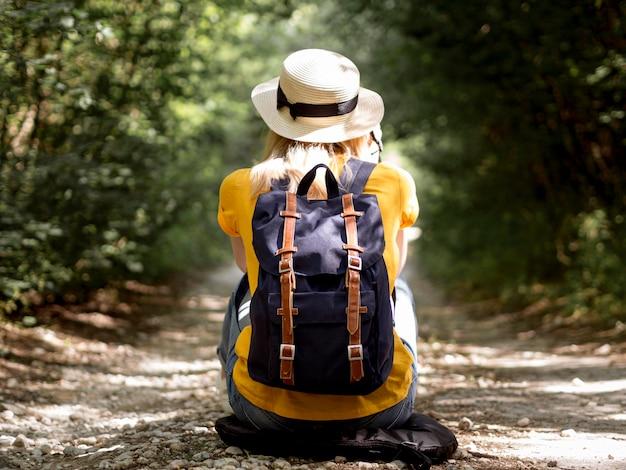 Mulher com chapéu e mochila