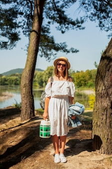 Mulher com chapéu, sorrindo para a câmera
