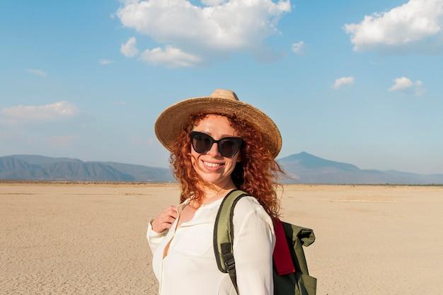 Mulher com chapéu viajando