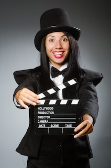 Mulher com chapéu vintage e placa de filme