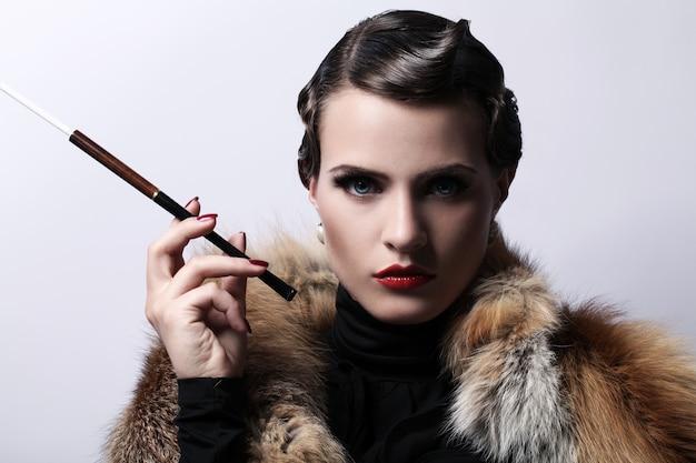 Mulher com cigarro na imagem vintage