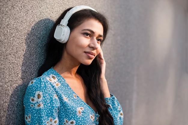 Mulher com close-up de fones de ouvido