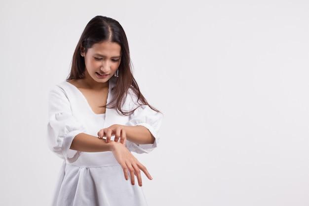 Mulher com coceira coçando a pele