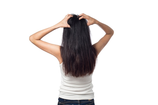 Mulher com coceira no couro cabeludo com coceira no cabelo dela isolado