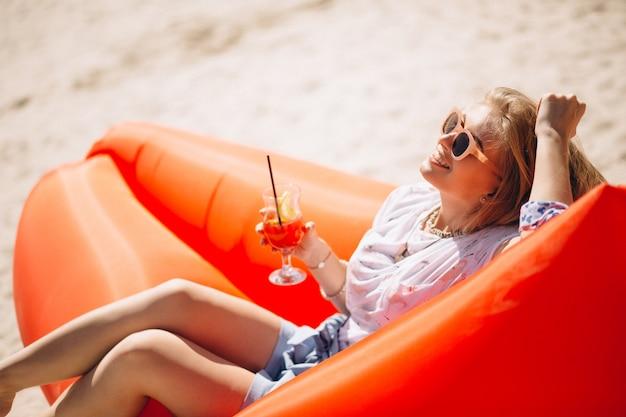 Mulher, com, coctail, mentindo, ligado, um, piscina, colchão, praia