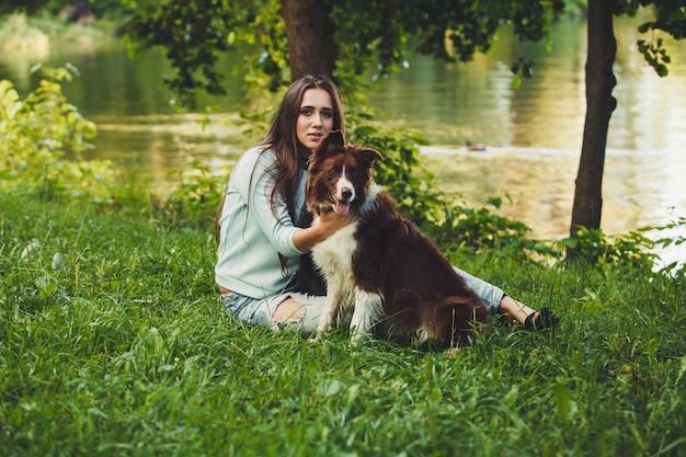 Mulher, com, collie beira, cão