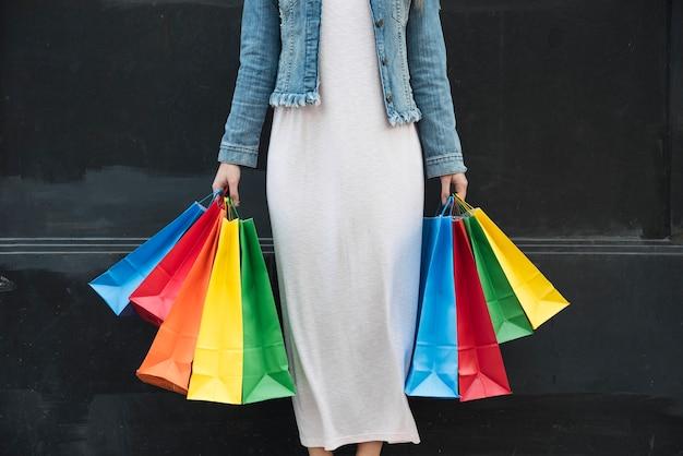 Mulher, com, coloridos, shopping, pacotes