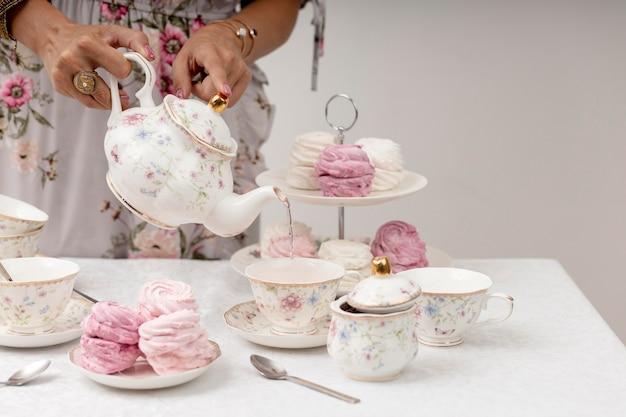 Mulher com composição para chá