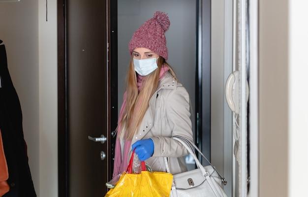 Mulher com compras voltando para casa de compras corona