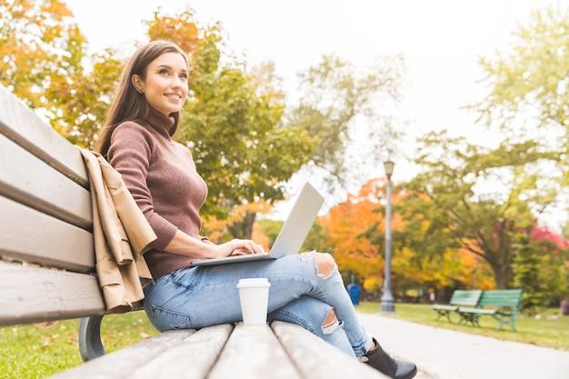 Mulher, com, computador, em, parque, em, outono