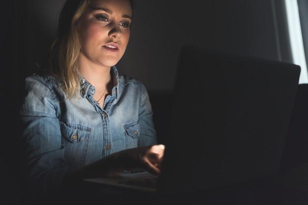 Mulher, com, computador, ligado, dela, colo, trabalhando casa