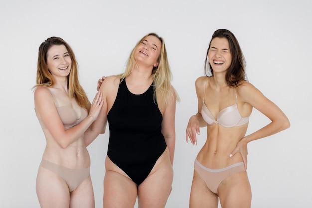 Mulher com conceito de positividade corporal com confiança e positividade corporal