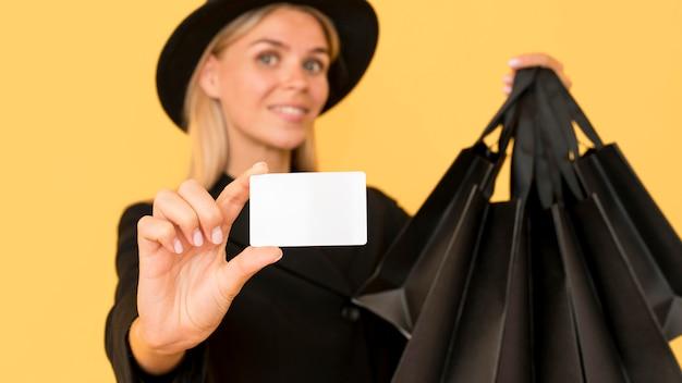 Mulher com conceito de venda na sexta-feira negra mostrando voucher