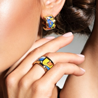 Mulher com conjunto de joias. foto macro Foto gratuita