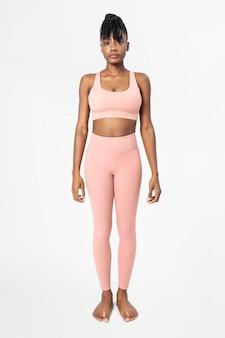 Mulher com conjunto de legging e sutiã esportivo rosa