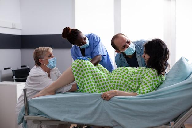 Mulher com contrações de parto dando à luz um bebê