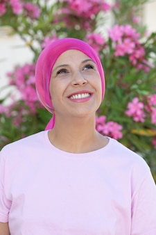 Mulher, com, cor-de-rosa, echarpe, cabeça