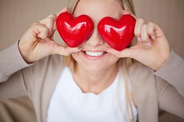 Mulher com corações em seus olhos Foto gratuita