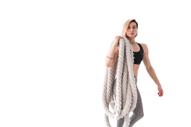 Mulher com corda de batalha em branco