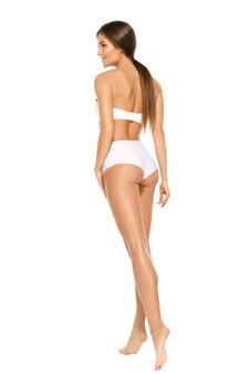 Mulher com corpo bonito no fundo branco