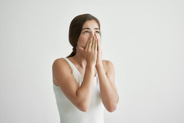 Mulher com corrimento nasal limpa o nariz com um lenço infectado com resfriado