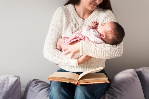 Mulher, com, criança, e, livro