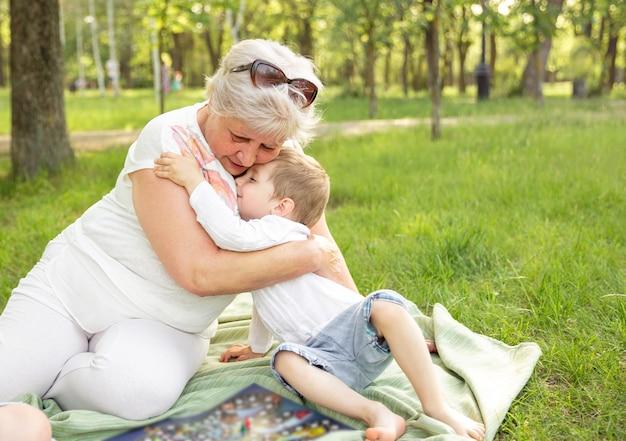 Mulher com criança, passar algum tempo juntos. comunicação de geração familiar
