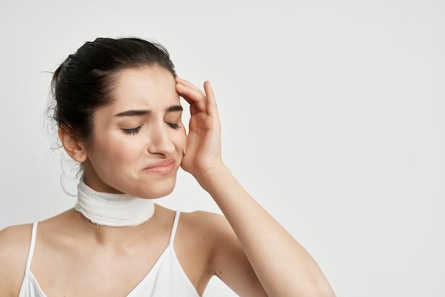 Mulher com curativo pescoço negativo dor de cabeça luz de fundo