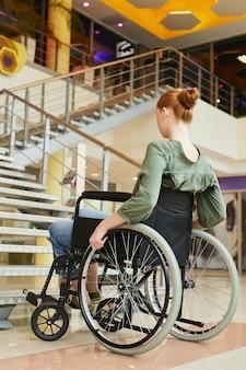 Mulher com deficiência em shopping