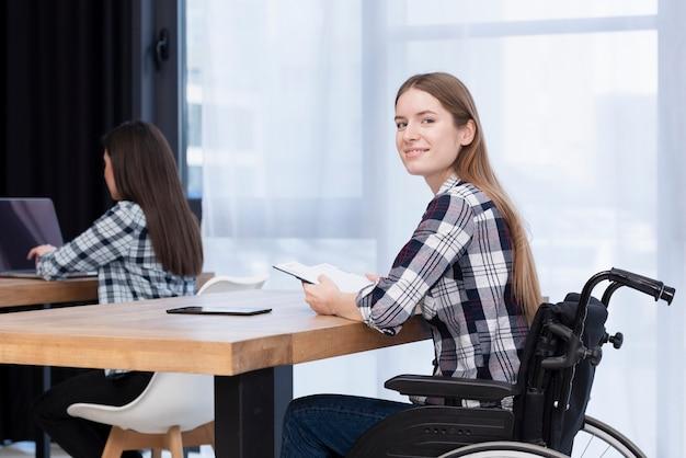 Mulher com deficiência sorrindo