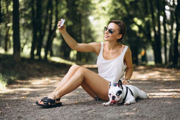 Mulher, com, dela, animal estimação, buldogue francês, conversa telefone