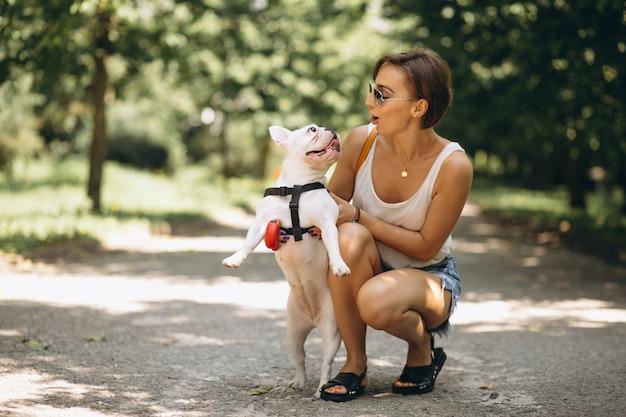 Mulher, com, dela, animal estimação, buldogue francês