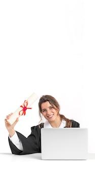 Mulher com diploma de graduação