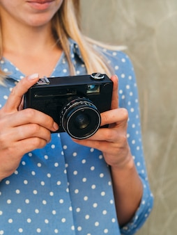 Mulher com dispositivo de câmera eletrônica