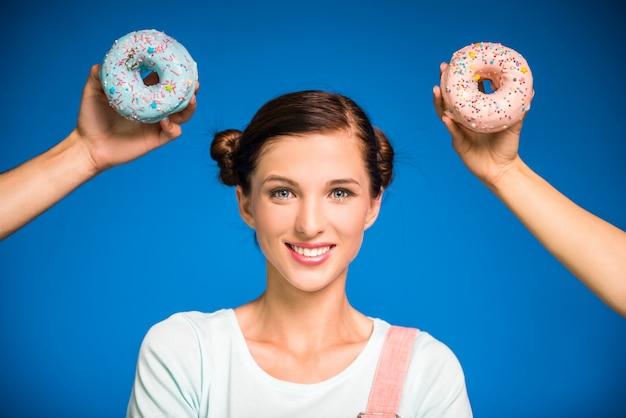 Mulher, com, donuts, ficar