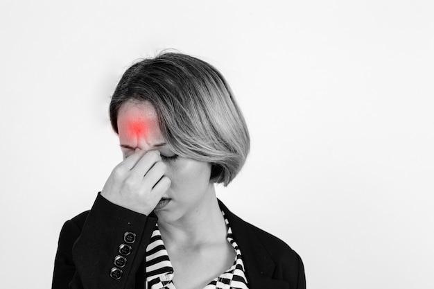 Mulher com dor de cabeça no estúdio