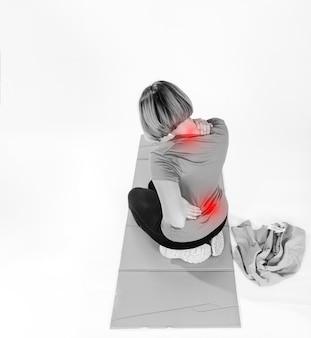 Mulher com dor de costas e pescoço
