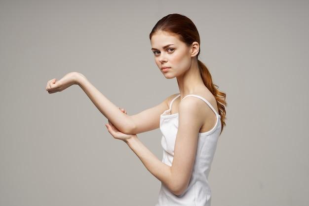 Mulher com dor de cotovelo, artrite, doença crônica, fundo isolado