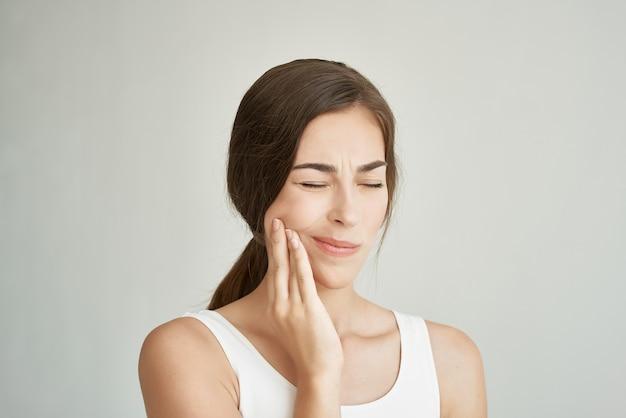 Mulher com dor de dente insatisfação tratamento odontológico