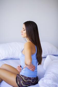Mulher com dor de estômago dolorosa, mulher que sofre de dor abdominal