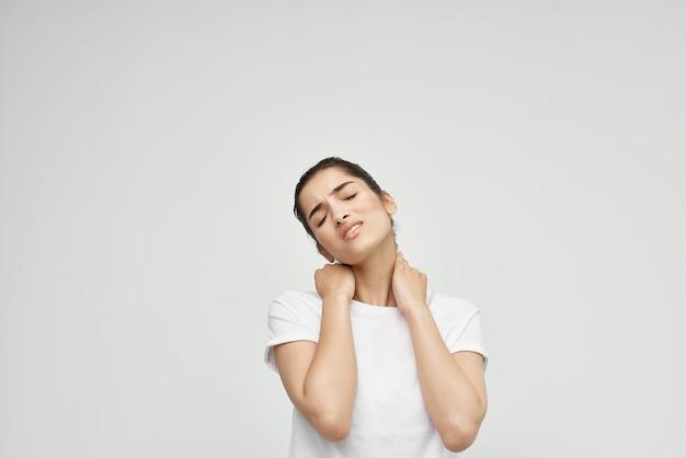 Mulher com dor de garganta, problemas de saúde, luz de fundo