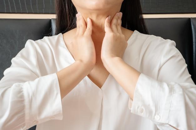 Mulher com dor de pescoço e amigdalite, conceito de saúde e recuperação de medicamentos