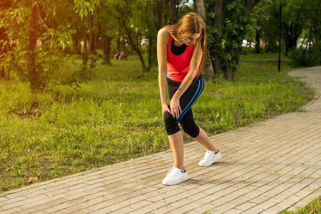 Mulher com dor enquanto corre no parque