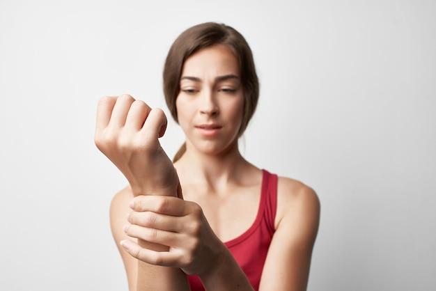 Mulher com dor nas articulações do braço machucados, problemas de saúde, closeup tratamento