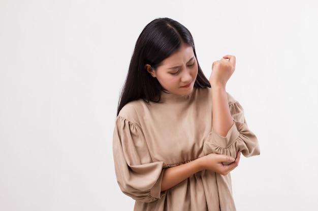 Mulher com dor nas articulações do cotovelo, artrite reumatóide ou gota