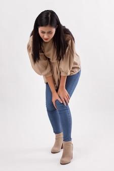 Mulher com dor nas articulações do joelho, artrite, gota