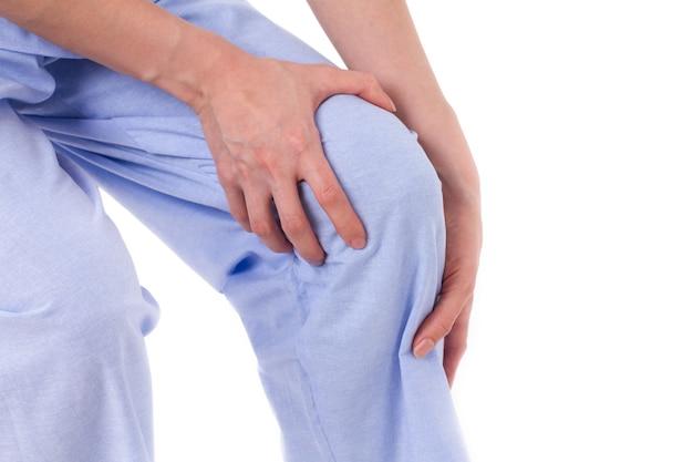 Mulher com dor nas articulações do joelho