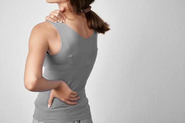 Mulher com dor nas articulações, remédio para problemas de saúde