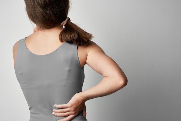 Mulher com dor nas costas, medicamento, tratamento, problemas de saúde