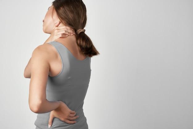 Mulher com dor nas costas, traumatologia isolada, medicina de fundo
